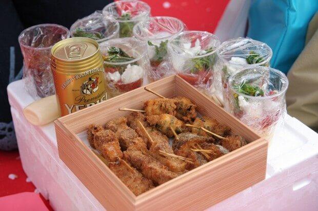 フードの差し入れは、串付きなどの食べやすいものが喜ばれます(写真提供:宮村ヤスヲ)