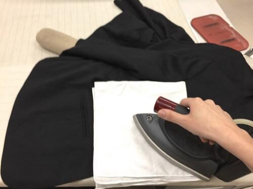 (2)前見頃、ラペル 前見頃をかけるときは、ボタンに注意します。また、前見頃の襟が折りかえっている部分をラペルといいます。ラペルは折り目が強く付きすぎないようにします。