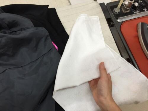 (3)襟 裏からアイロンをかけます。
