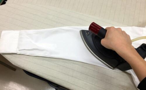 (2)袖、カフス 脇の縫い目にあわせて、アイロン台にのせてアイロンをかけます。