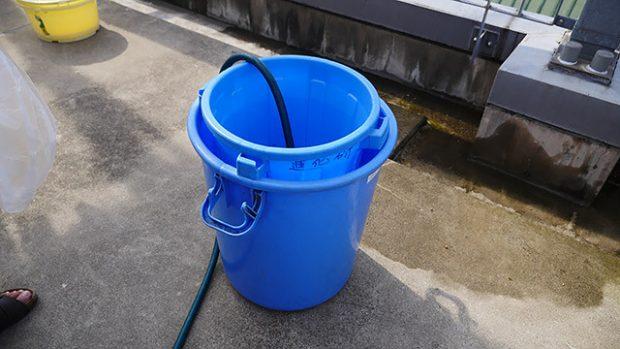 体積をはかるために、バケツに水を入れて、