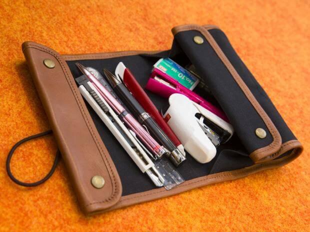 ボックスとロールトレーに分かれて筆記用具が散らばらずペンが選びやすい『どや文具ペンケース』