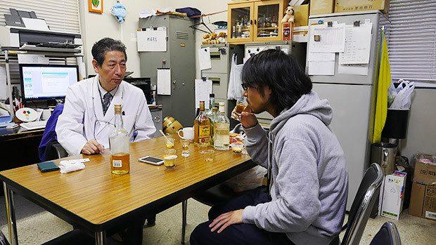 先生の話を聞きつつ、普通にお酒を飲んでいた! 注:みなさま、お酒の飲み過ぎにはくれぐれも注意しましょう。
