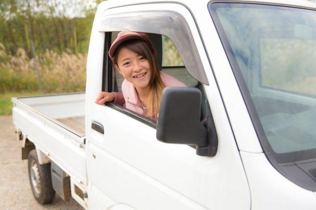 畑へは相棒の軽トラックで。就職が決まってすぐに運転免許を取りいったそう